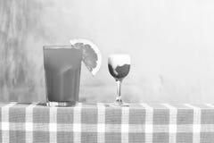Cocktail tropical de fraîcheur avec le tir d'alcool Photographie stock libre de droits