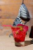 Cocktail tropical fresco na praia ensolarada Imagem de Stock Royalty Free