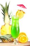 Cocktail tropical vert avec l'ananas, orange et Photos stock