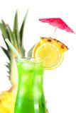 Cocktail tropical vert avec l'ananas, orange et Photo libre de droits