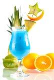 Cocktail tropicale blu dell'Hawai con l'ananas fotografia stock