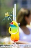 Cocktail tropicale sulla tabella fotografia stock libera da diritti