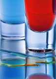 Cocktail twee in een geschoten glas van blauw en rood Royalty-vrije Stock Afbeelding