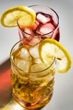 Cocktail, um limão e um gelo Fotografia de Stock