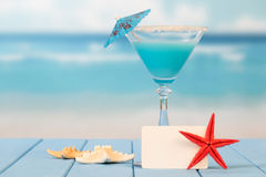 Cocktail with umbrella and starfishes Royalty Free Stock Photography