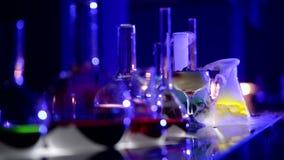 Cocktail- und Chemikalienflaschen mit Rauche stock footage