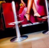 Cocktail und Fahrwerkbeine Stockfotografie