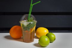 Cocktail und Früchte Stockfotos