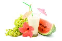 Cocktail und Früchte Stockfoto