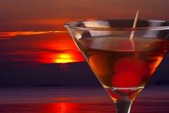 Cocktail und Sonnenuntergang stockfotos