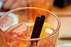 Cocktail- und Strohdetail lizenzfreie stockbilder