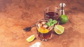Cocktail van de kola van rumijsblokjes en munt op een donkere bruine achtergrond Alcoholische of niet-alkoholische mahito De ruim royalty-vrije stock foto