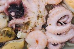 Cocktail van zeevruchten met greens Stock Afbeelding
