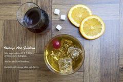 Cocktail velho clássico da forma na madeira e na receita Foto de Stock