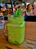 Cocktail verde da hortelã de limão com a folha da hortelã do gelo fotografia de stock royalty free
