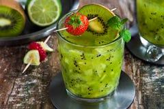 Cocktail verde della vodka, del kiwi e della calce fotografia stock