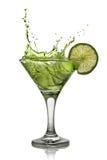 Cocktail verde do álcool com respingo e cal verde Fotografia de Stock Royalty Free