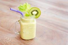 Cocktail verde do batido em um frasco com o tubo no fundo de madeira Conceito saudável comer do produto fresco do jardim Fotografia de Stock Royalty Free
