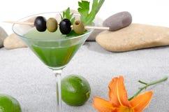 Cocktail verde dos vegetais em um ambiente do st da areia e do seixo Foto de Stock Royalty Free