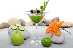 Cocktail verde dos vegetais em um ambiente do st da areia e do seixo Imagens de Stock Royalty Free
