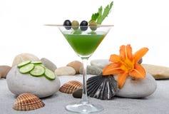 Cocktail verde dos vegetais em um ambiente do st da areia e do seixo Fotos de Stock Royalty Free