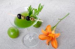 Cocktail verde dos vegetais em um fundo da areia Fotografia de Stock Royalty Free
