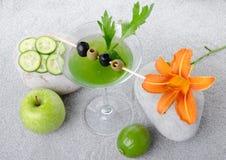 Cocktail verde dos vegetais em um fundo da areia Fotografia de Stock