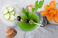 Cocktail verde dos vegetais em um fundo da areia Imagens de Stock