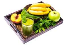 Cocktail verde orgânico fresco feito das frutas e legumes como uma bebida saudável na bandeja de madeira Imagem de Stock