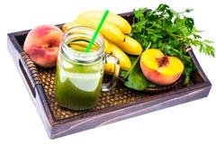 Cocktail verde orgânico fresco feito das frutas e legumes como uma bebida saudável na bandeja de madeira Fotografia de Stock