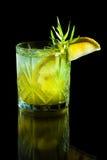 Cocktail verde su fondo nero Immagini Stock