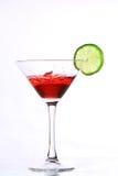 Cocktail vermelho com cal no branco fotografia de stock