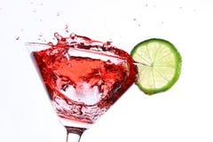 Cocktail vermelho com cal no branco foto de stock royalty free
