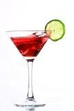 Cocktail vermelho com cal no branco fotos de stock royalty free