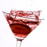 Cocktail vermelho com cal no branco imagens de stock royalty free