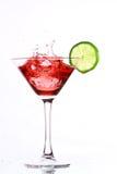 Cocktail vermelho com cal no branco fotografia de stock royalty free
