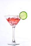 Cocktail vermelho com cal no branco foto de stock