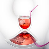Cocktail vermelho com cubos de gelo Fotos de Stock Royalty Free