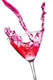 Cocktail vermelho com espirro no vidro inclinado imagem de stock