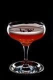 Cocktail vermelho com a pétala da espuma e de rosas vista de cima de Imagem de Stock