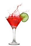 Cocktail vermelho com respingo e cal fotos de stock royalty free