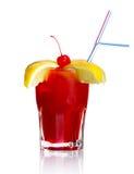 Cocktail vermelho do álcool com fatias e cereja do limão Fotos de Stock