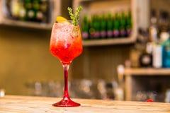 Cocktail vermelho na placa de madeira foto de stock