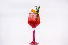 Cocktail vermelho no fundo branco imagem de stock