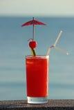 Cocktail vermelho no fundo da água Imagem de Stock Royalty Free