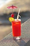Cocktail vermelho no fundo da água Fotos de Stock Royalty Free