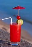 Cocktail vermelho no fundo da água Fotografia de Stock Royalty Free