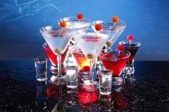 Cocktail vermelhos e brancos do partido no azul Imagem de Stock
