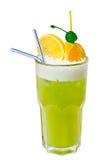 Cocktail vert avec des oranges d'isolement sur le blanc Image libre de droits
