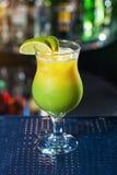 Cocktail vert jaunâtre lumineux garni avec la chaux photos stock